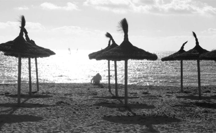 Strand, Sonnenschirme aus Stroh, Jammern