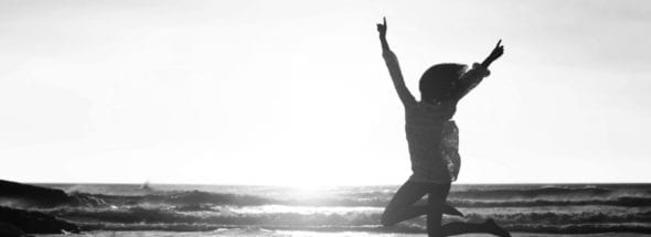 Frau springt vor Freude, Begeisterung, Führung