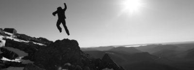 mann feiert Erfolg nach Bergbesteigung