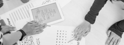 jahreszielplanung der arbeit, mit Tablet und Papier