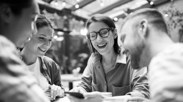 glückliche, motivierte Mitarbeiter, im Team, Mitarbeitermotivation
